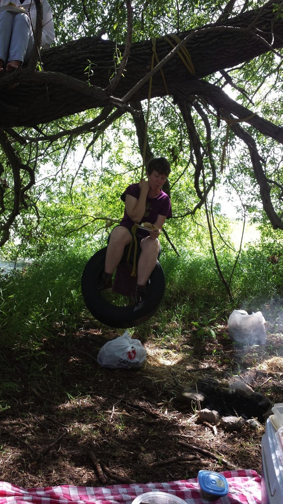 Lunch on a tire swing? Not!! Photo by L. Stumpf